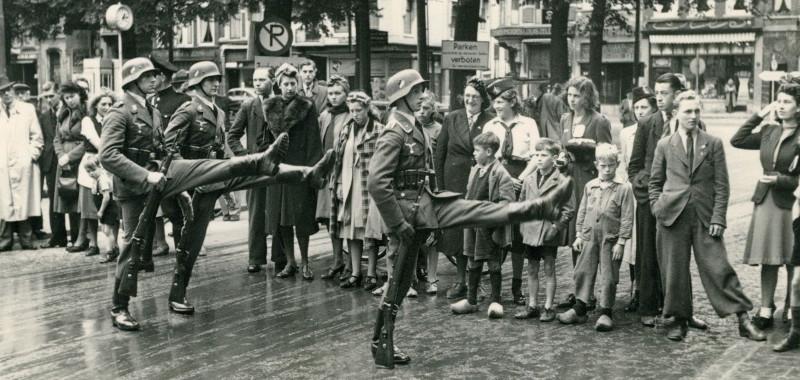 1940, Duitse militairen marcheren op het Plein