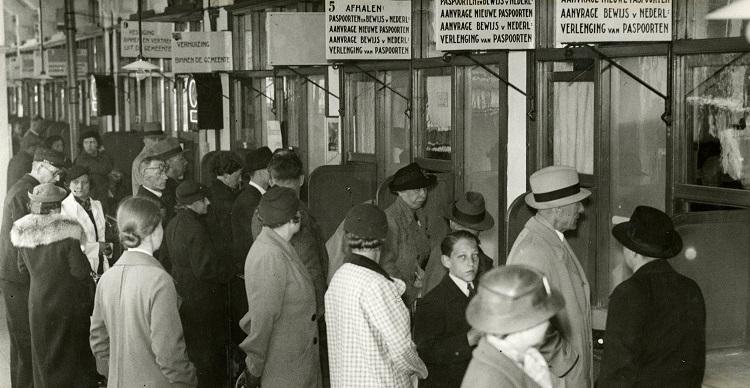 Drukte op het bureau paspoorten afhalen Groenmarkt 1938 fotograaf H.L. Schimmelpenningh
